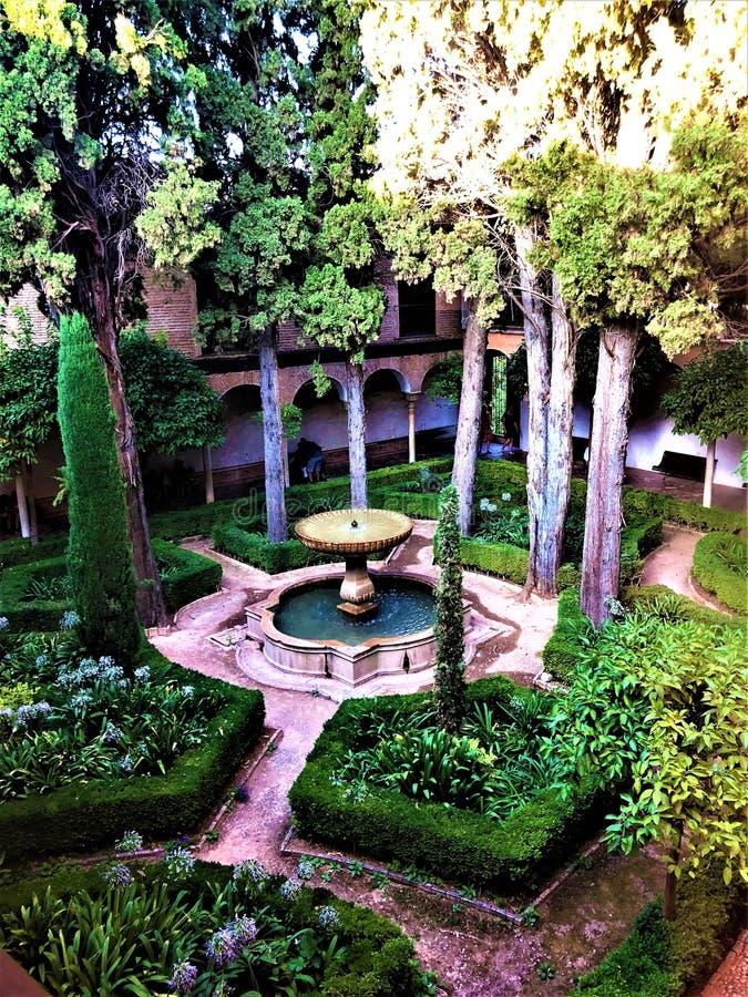 Alhambra à Grenade, jardin, fontaine et arbres photos libres de droits