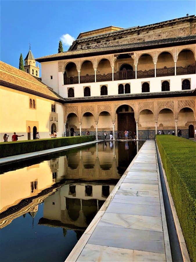 Alhambra à Grenade, palais, jardin et eau photo libre de droits