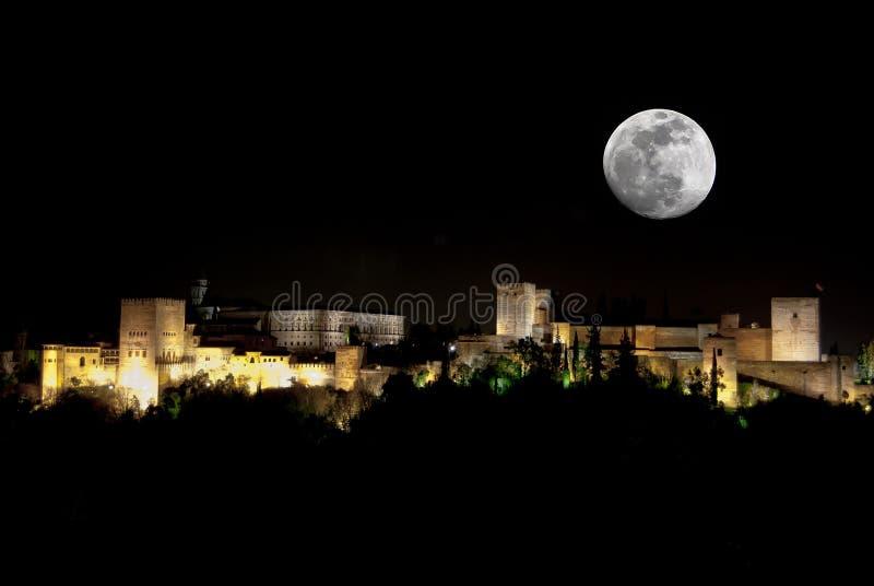 Alhambra à la nuit et à la pleine lune images libres de droits