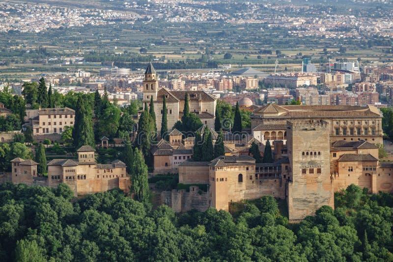 Alhambra contre la ville photos stock