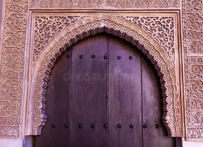 Alhambra Courtyard Moorish Wall Designs dörr Granada Andalusia arkivfoton