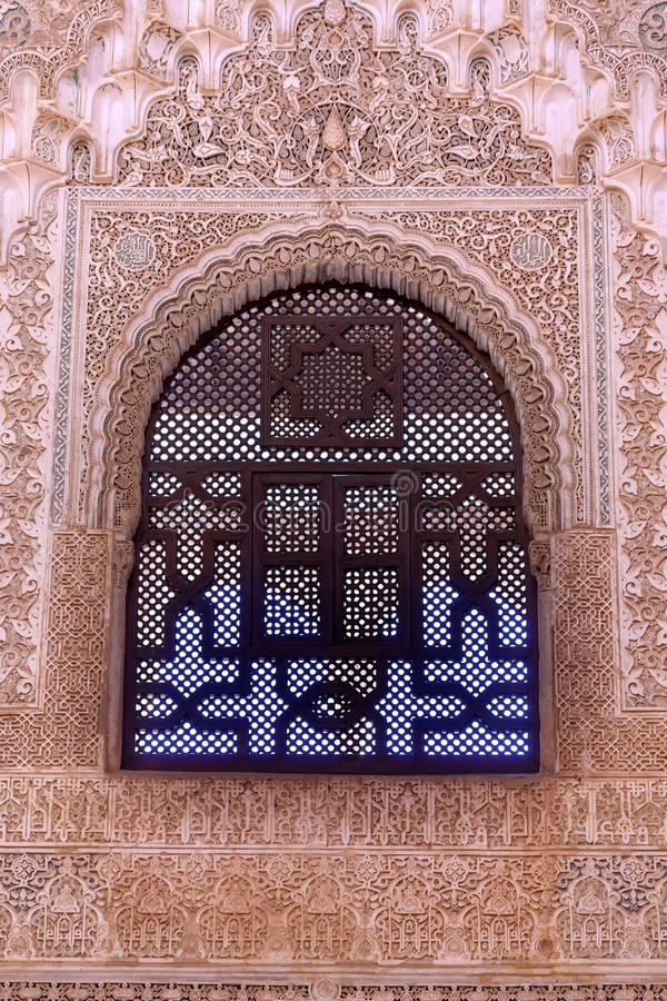 Alhambra Courtyard Moorish Wall Designs fönster Granada Andalusia royaltyfri foto