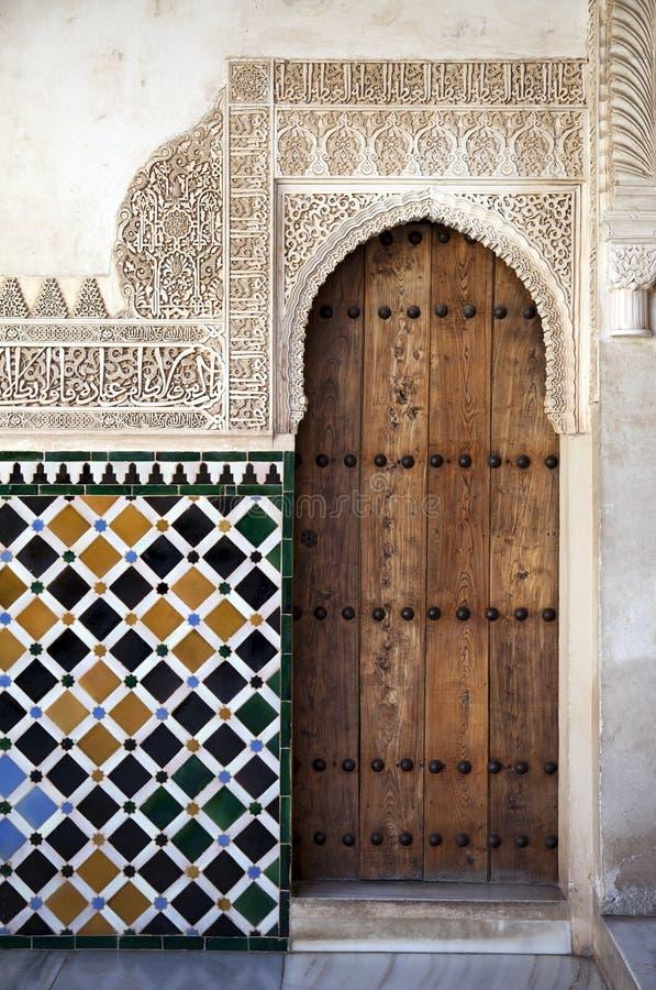 alhambra detaljdörr royaltyfria foton