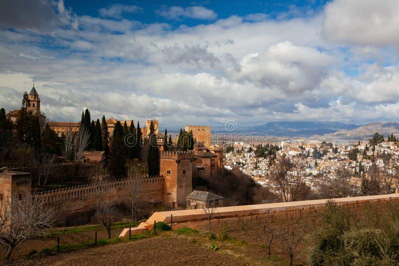 Alhambra is een complex paleis en een vesting gelegen in Granada, Andalusia, Spanje royalty-vrije stock foto