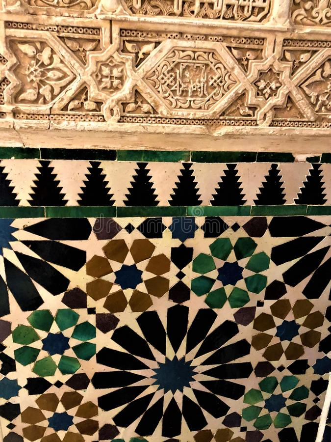 Alhambra en Granada, la decoración detallada y el arte imagenes de archivo