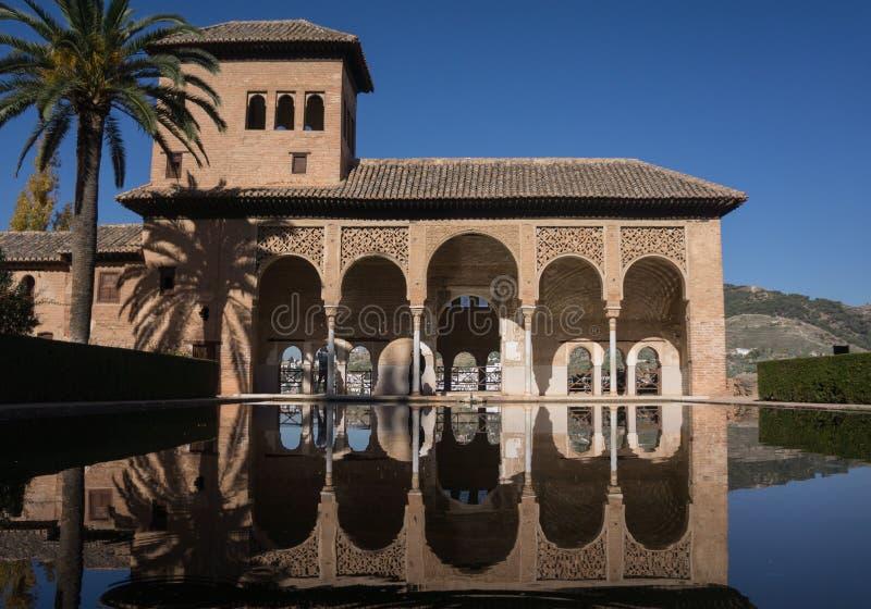 Alhambra Granada Spain-Paläste Nazaries, symmetrische Reflexion im Spiegel des Wassers lizenzfreie stockfotos
