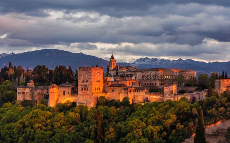 Alhambra hermosa en la puesta del sol 3 imagenes de archivo