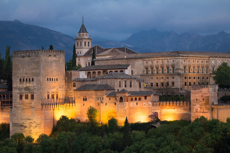 Alhambra i natten royaltyfria bilder