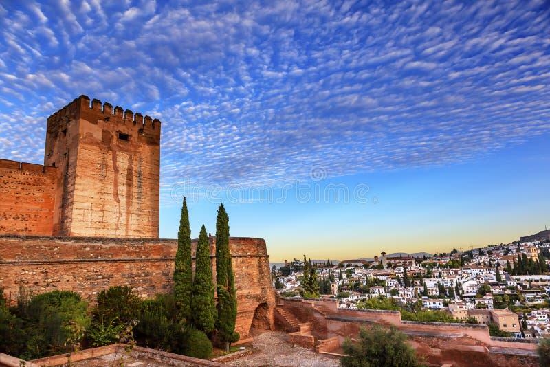 Alhambra Morning Sky Granada Cityscape kyrktar Andalusia Spanien royaltyfria bilder