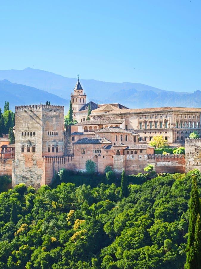 Alhambra Palace komplex i Granada, Spanien Den fantastiska prövkopian av morisk arkitektur royaltyfri foto