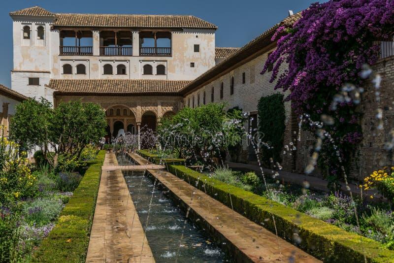 Alhambra-Palastgärten mit einem Brunnen lizenzfreie stockfotos