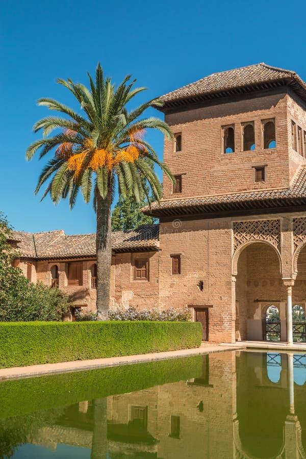 Alhambra patia i ogródu basen w Hiszpania fotografia stock