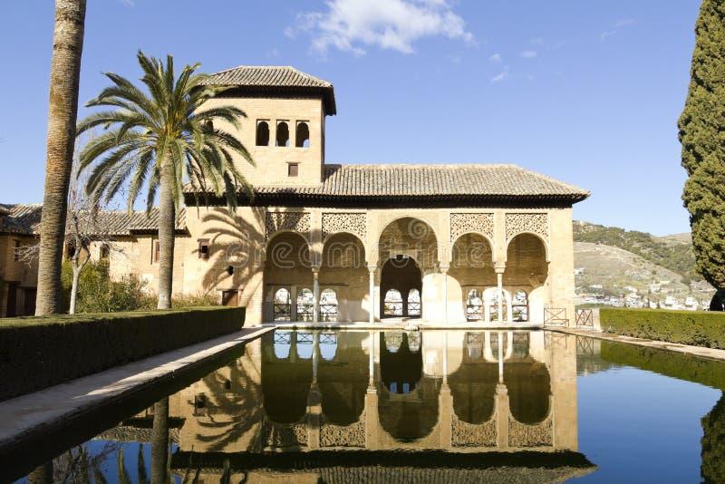Alhambra patio z basenem, Granada, Hiszpania fotografia stock