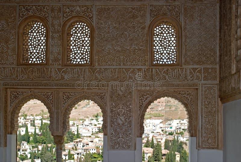 alhambra s fönster royaltyfria foton
