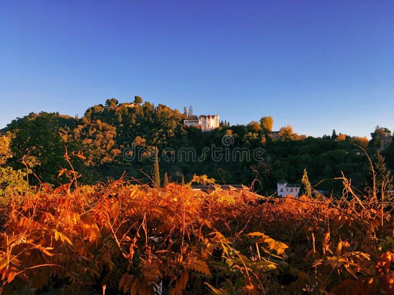 Alhambra von Granada im Herbst stockbild