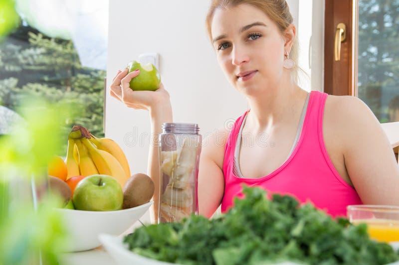 Alhletic妇女用绿色苹果 免版税库存图片