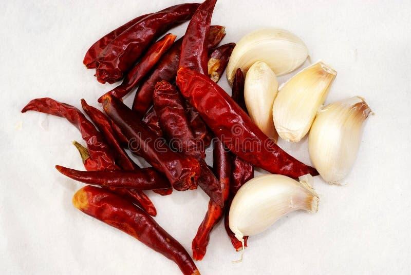 Alho com pimenta vermelha seca imagens de stock