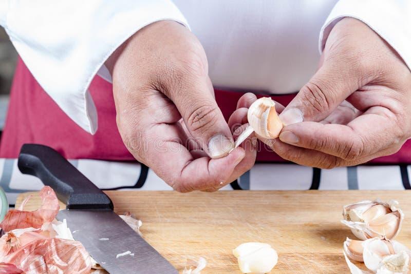 Alho da casca do cozinheiro chefe imagem de stock
