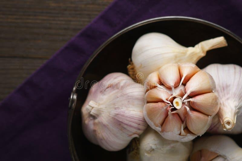 Alho e cravos-da-índia de alho na obscuridade foto de stock