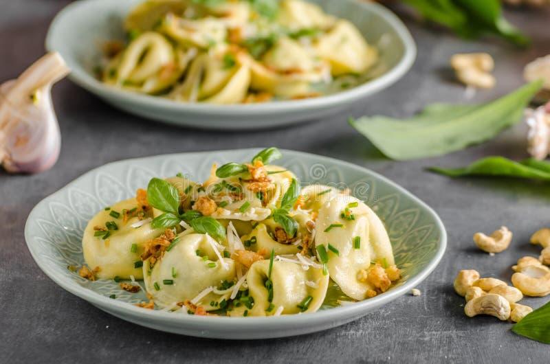 Alho e espinafres enchidos do Tortellini imagem de stock royalty free