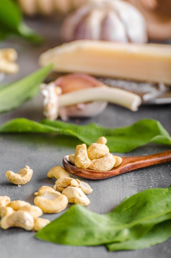 Alho e espinafres enchidos do Tortellini imagens de stock