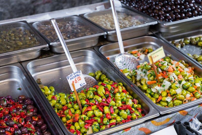 Alho, especiarias e azeitonas postos de conserva no mercado de rua provencal mim fotografia de stock royalty free