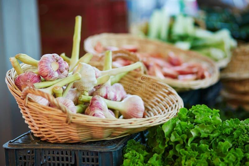 Alho orgânico fresco no mercado dos fazendeiros foto de stock