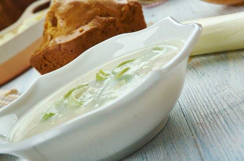 Alho poró de Galês e sopa do queijo Stilton imagens de stock