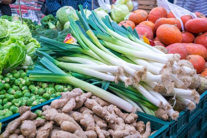 Alho poró e vegetais verious para a venda em um mercado fotos de stock royalty free