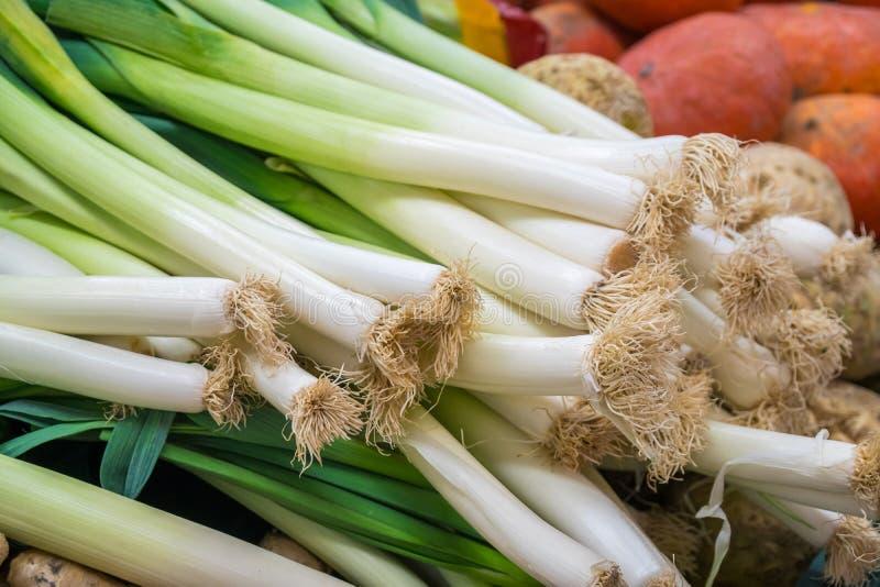 Alho poró e vegetais verious para a venda em um mercado foto de stock