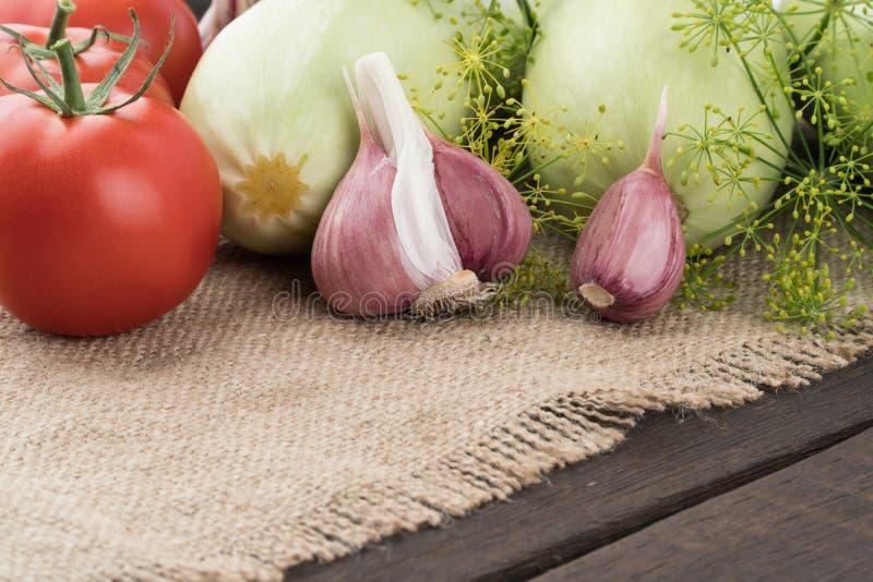 Alho, tomates, abobrinha na tabela de madeira velha foto de stock royalty free