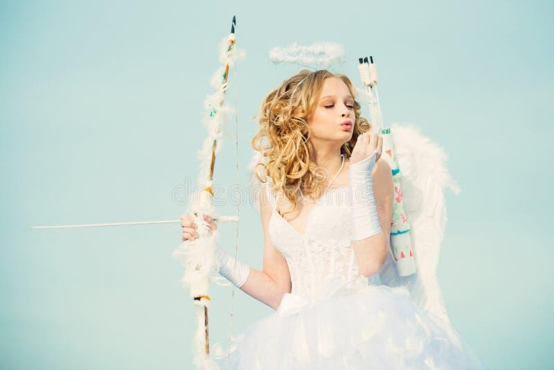 Ali bianche d'uso del vestito e della piuma dal costume di angelo della ragazza del bambino Ragazza del cherubino Ragazza abbasta immagini stock libere da diritti