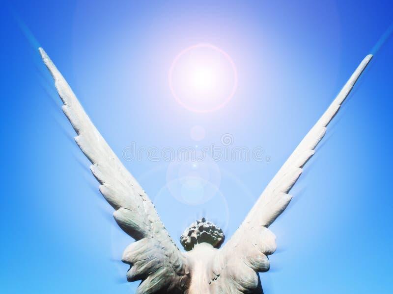 Ali di angelo ed indicatore luminoso del sole immagine stock