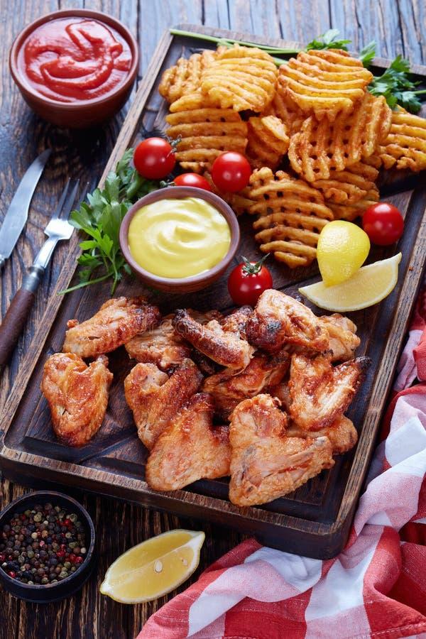 Ali di pollo appiccicose, Criss Cross Fries immagine stock libera da diritti