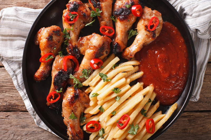 Ali di pollo arrostite con le patate fritte ed il primo piano del ketchup Uff immagine stock