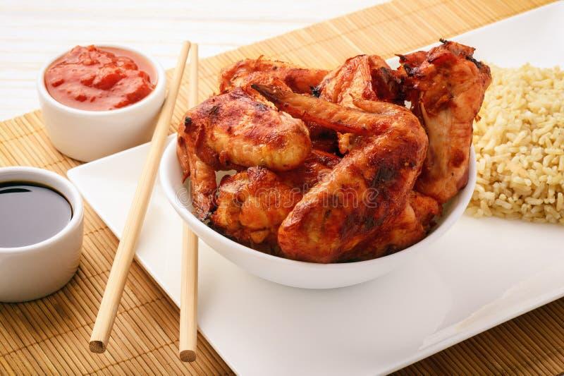Ali di pollo arrostite con lo zenzero e la salsa al pomodoro fotografie stock libere da diritti