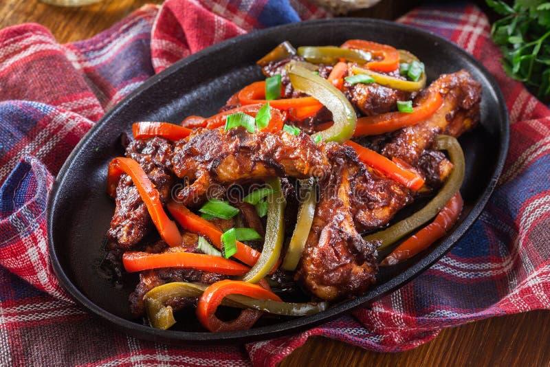 Ali di pollo cinesi con le verdure in salsa agrodolce immagine stock libera da diritti