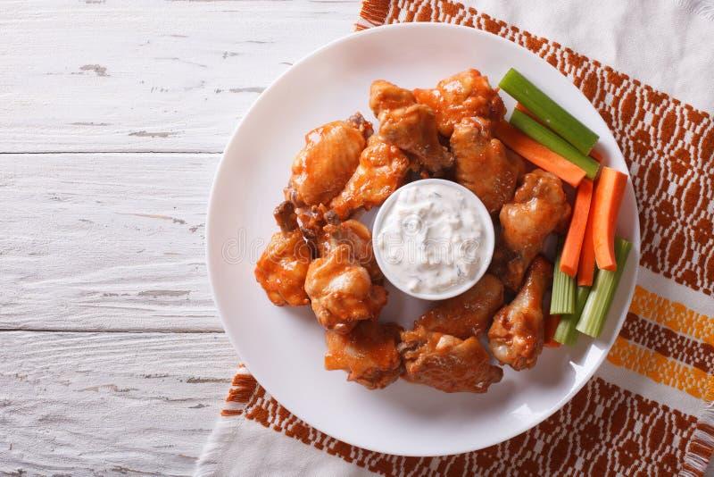 Ali di pollo della Buffalo con salsa e sedano vista superiore orizzontale fotografia stock