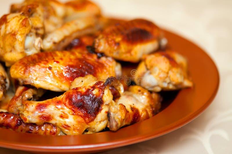 Ali di pollo fritte nel grasso bollente calde e piccanti, deliziose del bufalo fotografie stock