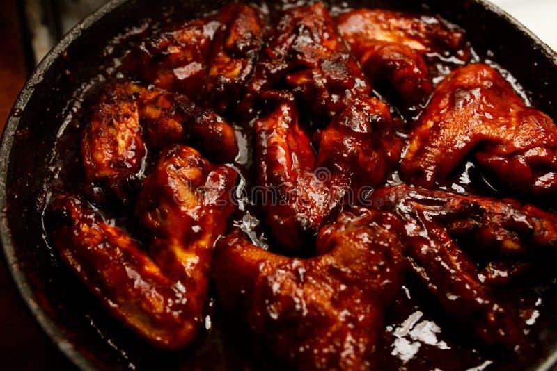 Ali di pollo fritte in salsa al pomodoro del miele fotografia stock