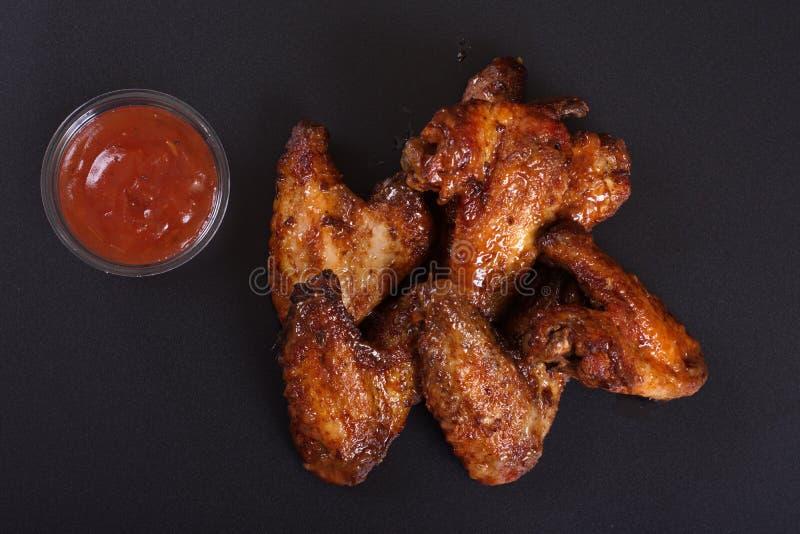 Ali di pollo fritto con un piatto laterale delle patate fotografie stock libere da diritti