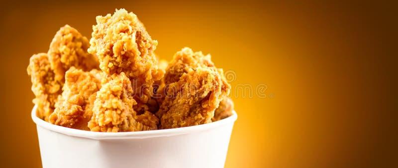 Ali di pollo fritto Secchio in pieno del pollo fritto croccante del Kentucky fotografia stock