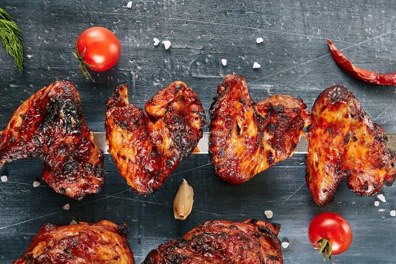 Ali di pollo piccanti in profondità arrostite della Buffalo su uno spiedo fotografia stock libera da diritti