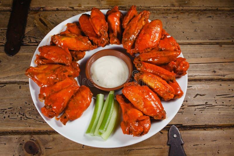 Ali di pollo pub piccante dell'americano della immersione di formaggio e dell'alimento fotografie stock