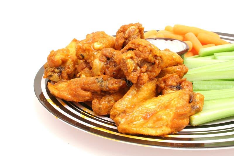 Ali di pollo w/celery & carote immagini stock