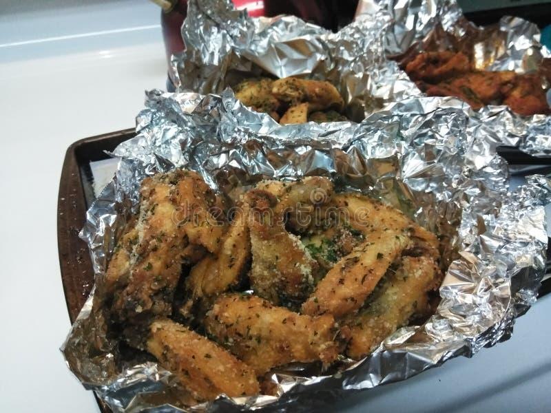 Ali fatte da me Parmigiano dell'aglio, pepe di Lemmon, Cajun con una torsione fotografia stock libera da diritti