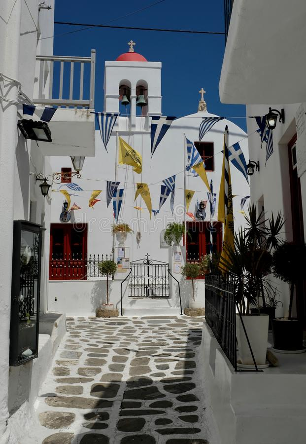 Aliado con iglesia católica en la ciudad de Chora, Mykonos imagen de archivo