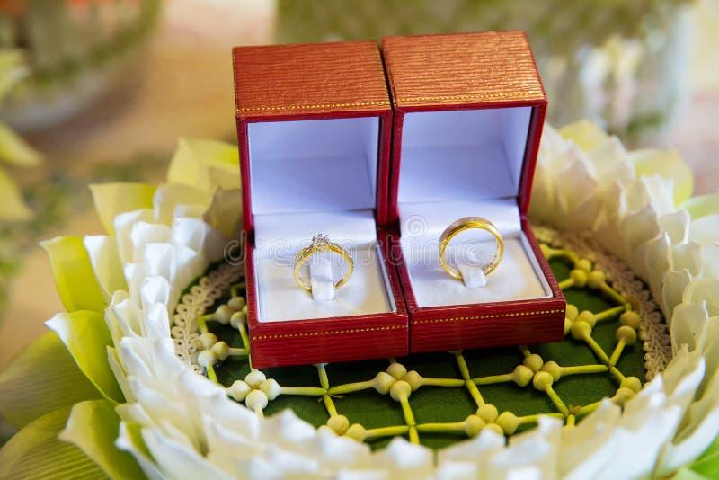 Aliança de casamento do diamante na caixa luxuosa Anel de casamento sinais do acoplamento fotografia de stock