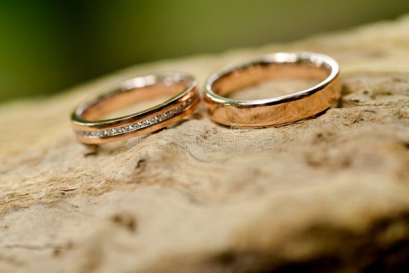Aliança de casamento do ouro imagens de stock