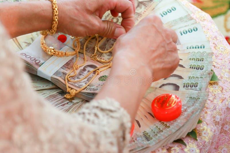 A aliança de casamento e a cerimônia de casamento da noiva na cerimônia de casamento fotografia de stock royalty free